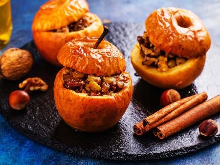 Пълнени печени ябълки с плънка от орехи, стафиди и канела - снимка на рецептата
